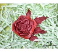 Роза из кожи красная.